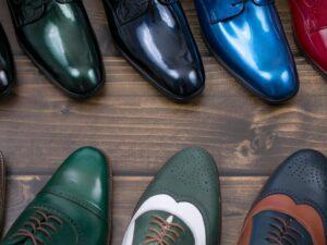 Kolorowe buty męskie nadadzą oryginalnego sznytu stylizacji.