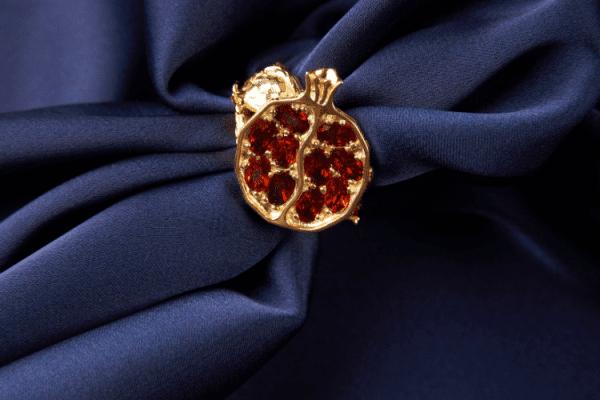Złoty pierścionek z rubinem.